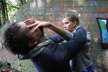 Как девушкам защищаться при нападении