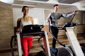 На каком тренажере можно сжечь больше калорий: беговая дорожка или эллиптический тренажер
