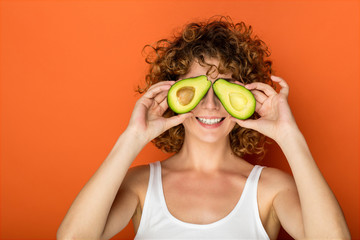 Этот фрукт содержит 77% здоровых жиров