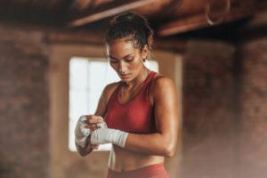 Учимся драться дома: азы домашних тренировок для девушек — Народный боец