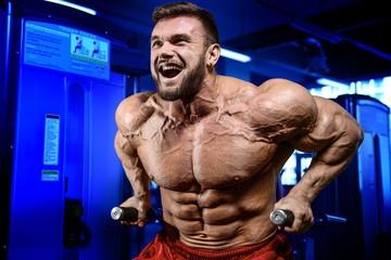 Как мужчине добиться широких плеч, если ему изначально не дано