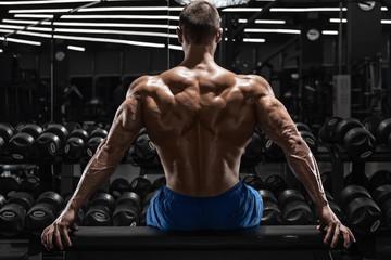 Как мужчине добиться широкой спины