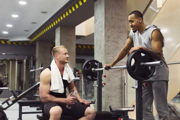 Как на тренировке с пользой провести время отдыха между подходами
