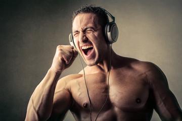 Музыка во время тренировки: действительно помогает добиться лучших показателей