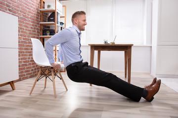 Как можно тренироваться дома с помощью обычного стула