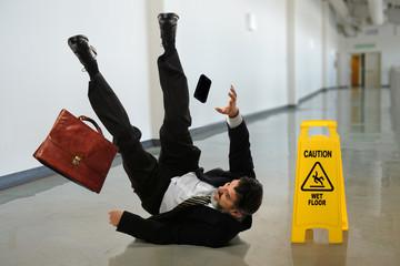 """Как правильно падать в случае """"подножки"""", удара или неосторожности"""