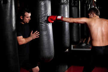 Боксерский мешок – основной тренажер в постановке удара
