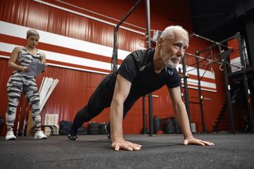 Почему мужчинам после 50 тренироваться полезно не только для здоровья