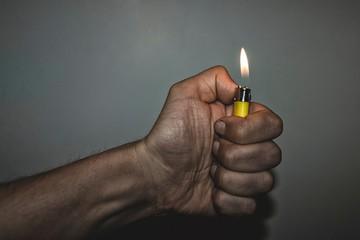 Почему с зажигалкой в руке бить опасно