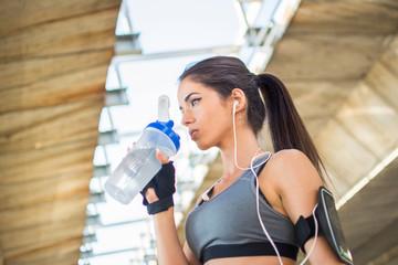 Стоит ли пить воду во время тренировки