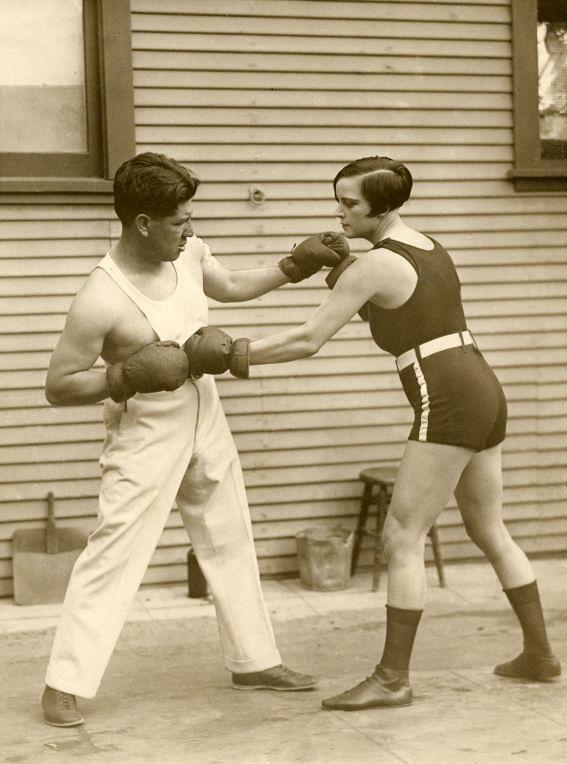 Твои действия, если попал в перепалку с женщиной-бойцом