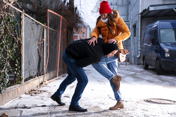 Что делать, если пристают к женщине на улице