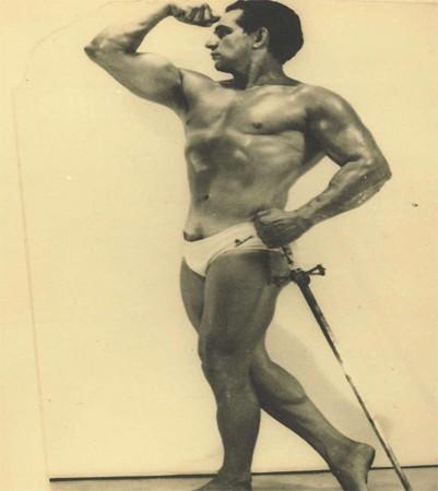 Ему было больше 100 лет, когда он на одном пальце удерживал груз в 290 кг