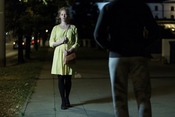 Когда надо начинать действовать,если хулиганы пристают к женщине на улице