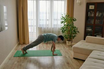 30-минутая тренировка на самоизоляции для поддержания тонуса мышц