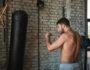 Как правильно поставить удар с помощью основного тренажера боксерского зала – мешка