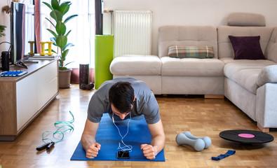 Особенности тренировок, которые можно выполнять как в домашних условиях, так и на улице