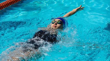 Чем могут помочь занятия плаванием