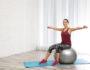 Шесть упражнений с фитболом, которые можно сделать и дома
