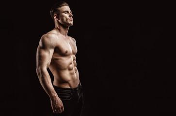 Комплекс тренировок, разработанный для нагрузки на плечевой и брюшные мышцы