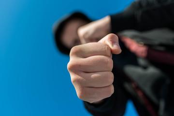 Как ведут себя в драке на улице профессионал и уличный боец