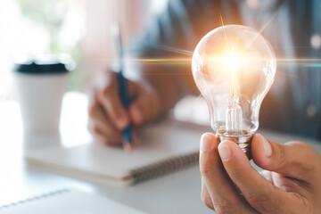 Естественный или искусственный свет считается правильным для работы